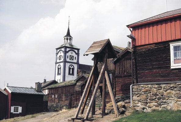 Røros cities / towns Ziir Church in Røros rises above the old mountain town\'s wooden buildings and cottages architecture, Norwegen
